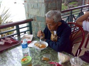 Senengnya liat Opa makan
