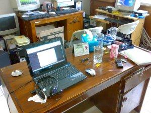 Meja G-U-E, berfungsi juga sebagai tempat peniti[an barang-barang 'tak terduga', dari permen sampe modem, bahkan switch board.